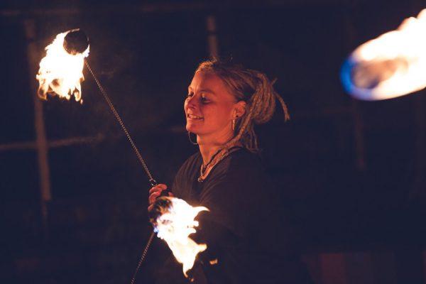 feuerjonglage-bei-nacht--fireflowart-theda-strickling